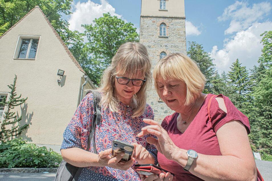 Carmen Schulze (r.) und Heike Hilsberg auf dem Kamenzer Hutberg unterwegs zum Geocaching. Die erfahrene Schatzsucherin Carmen führt ihre Freundin in das Hobby ein.