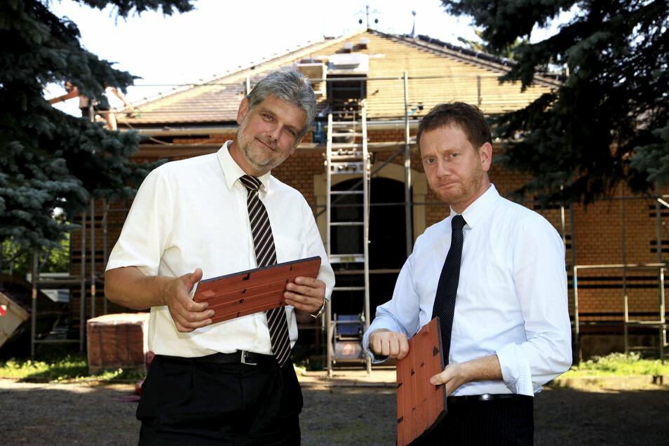 Das ist fünf Jahre her: Damals half der Ministerpräsident Michael Kretschmer (rechts) als Bundestagsabgeordneter mit, neue Ziegeln für das Gedenkstättengebäude zu finanzieren.
