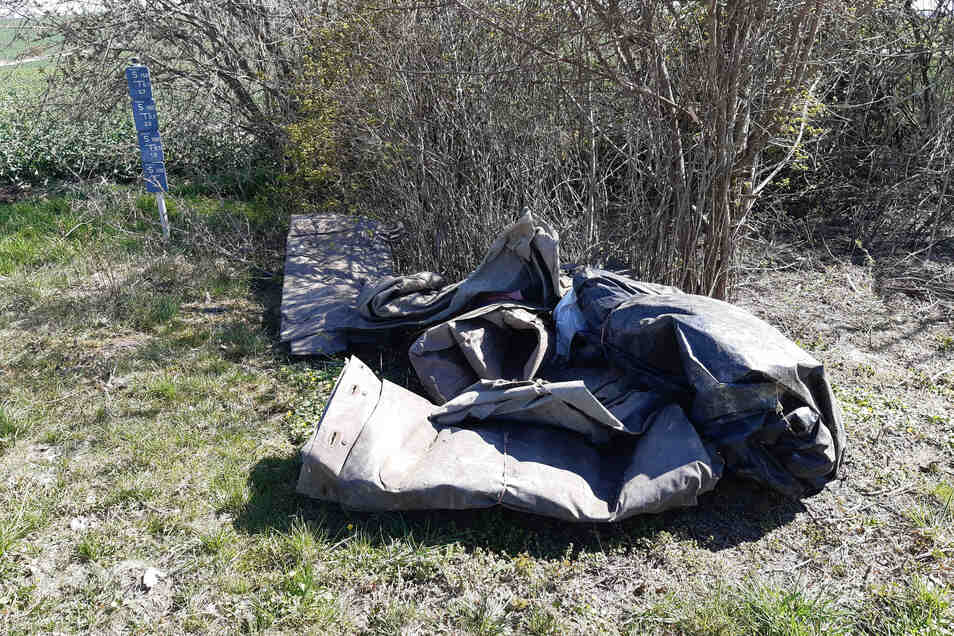 Am Feldweg von Döschütz nach Rittmitz wird immer wieder illegal Müll abgelegt. Darüber ärgern sich Anwohner und Gemeinde gleichermaßen.