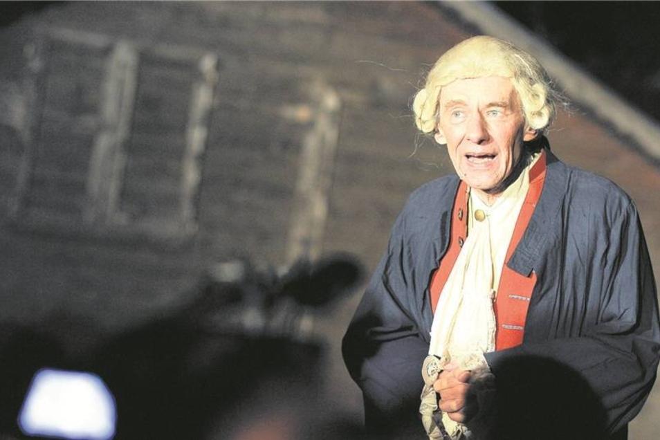 """Nicht nur bei Stadtführungen, sondern auch in Theateraufführungen schlüpft Ernst Kretzschmar gern in dramatische Rollen. Hier gibt er in Königshain den Forscher und Gutsherren Carl von Schachmann. Doch auch in Inszenierungen wie """"Der Gottesacker blüht"""" au"""