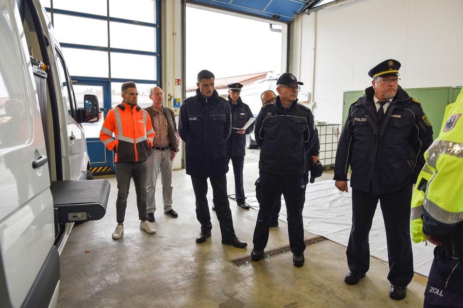 Blick in die Autobahnmeisterei Weißenberg: Hier werden dem Görlitzer Polizeipräsident Manfred Weißbach (rechts) und anderen Führungskräften das Einsatzkonzept und die Einsatzmittel erklärt.