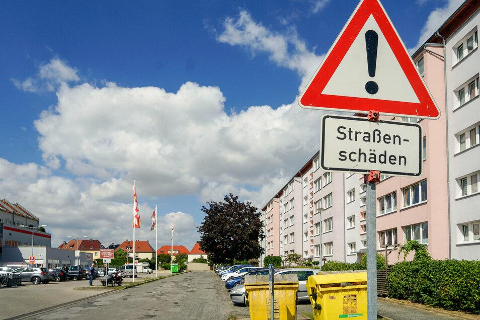 Ein Schild an der Zufahrt zur Schiebock-Passage und zum Wohnblock gegenüber weist seit Jahren auf die Straßenschäden hin.