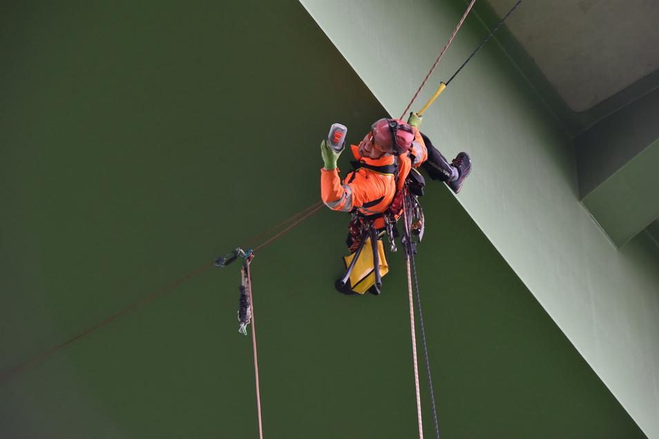 Luftiger Einsatz: Industriekletterer Ronald Reichelt aus Pirna entfernt 2015 einen Geocache von einer Brücke über das Bahretal.