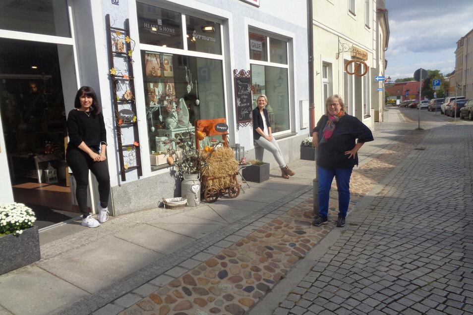 Heike Claus, Claudia Faust und Winnie Rudolph (v.l.) wollen den Bauernmarkt-Termin nicht einfach so vergehen lassen. Das Trio will auf der Naundorfer Straße und der Marktgasse für allerlei Abwechslung sorgen.