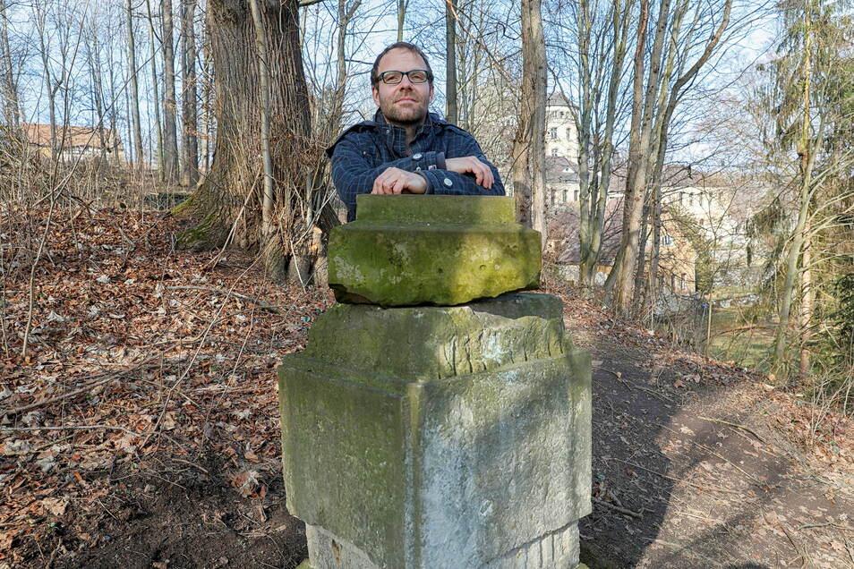 Was stand im früheren englischen Garten des Hainewalder Schlosses mal auf diesem Sockel? Vielleicht das Postament, das Jan Zimmermann jetzt gefunden hat?