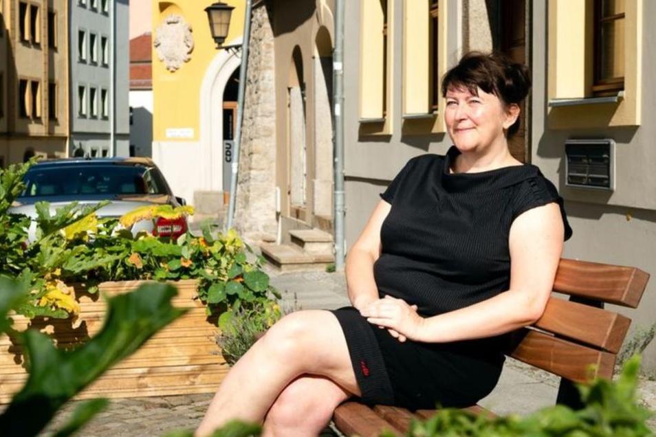 Corinna Seiler verschnauft auf der neuen Bank an der Heringstraße gegenüber der Gaststätte Alter Bierhof. Die Sitzgelegenheit wurde erst kürzlich auf Initiative von Anliegern aufgestellt.