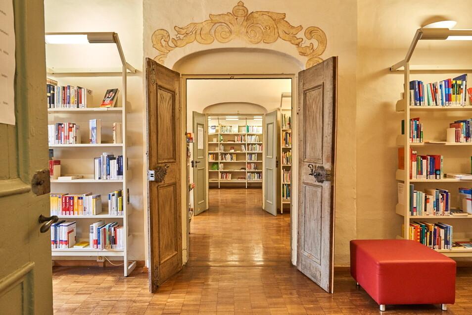 Lesestoff in Hülle und Fülle: Die Stadtbibliothek in Pirna hat geöffnet.
