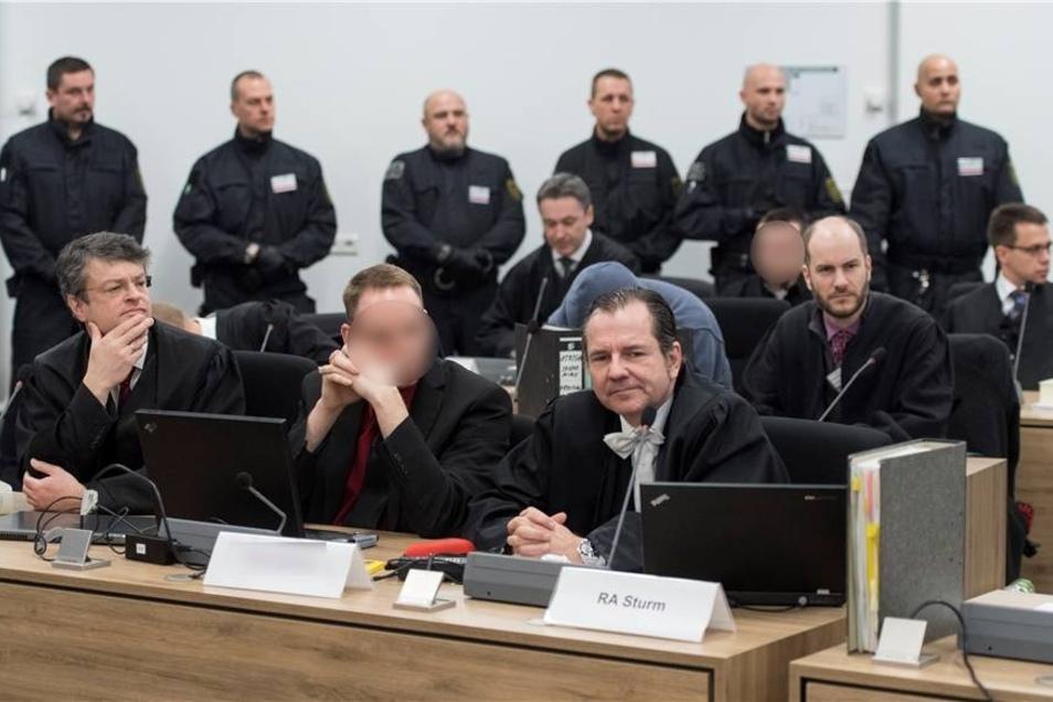 Der Hauptangeklagte Timo S. (M.) zwischen seinen Anwälten.