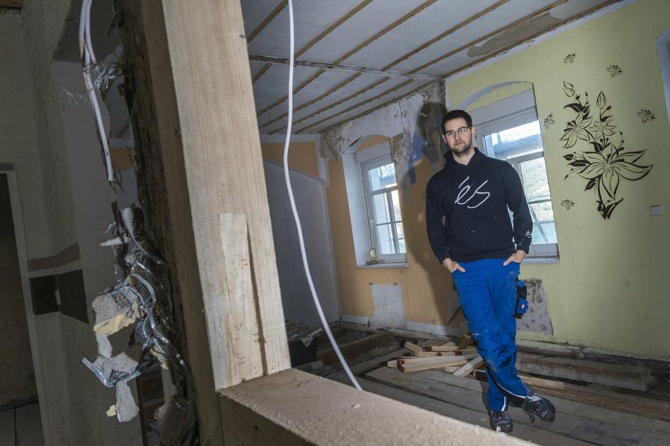 Eigentlich wollte Marcel Rosenfeld mit seiner Familie Ende dieses Jahres in das kürzlich gekaufte Haus an der Großenhainer Straße in Riesa eingezogen sein. Wegen erheblicher Schäden wurde daraus nichts.