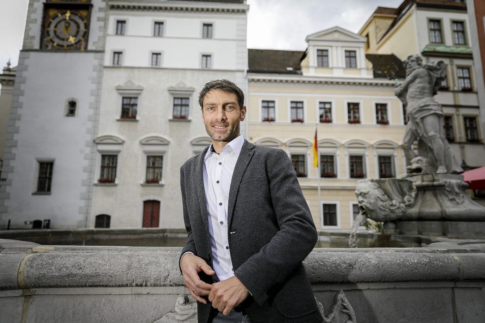 Matthias Schöneich (CDU) steht vor dem Görlitzer Rathaus. Dort will er künftig im Stadtrat mitwirken.