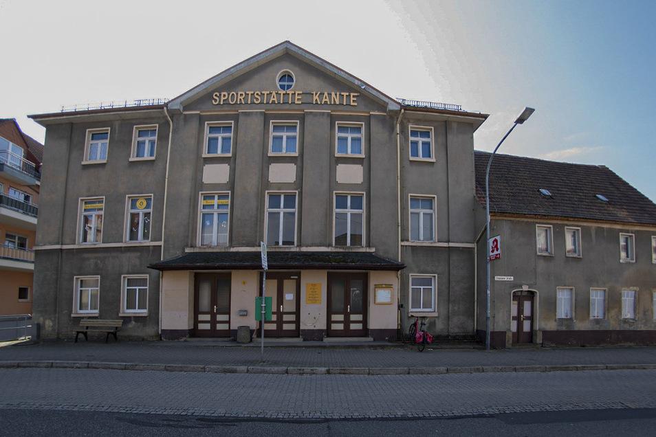Früher Gasthof, später Sportstätte. An diesem Gebäude hängen viele Pulsnitzer. Nun soll es abgerissen werden.