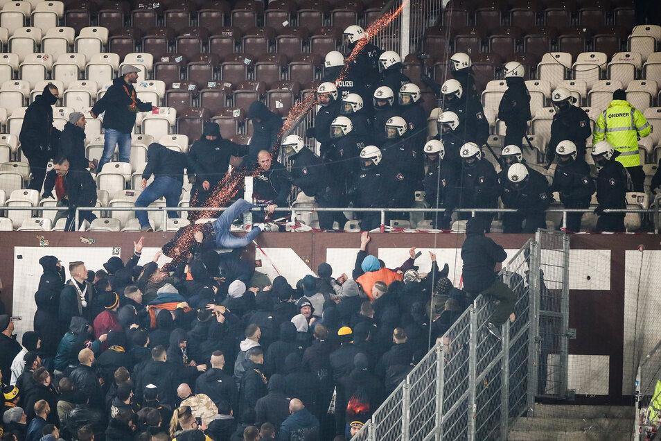 Die Polizei greift im Stadion schnell ein, drängt die Gewalttäter zurück. Eine Leuchtrakete fliegt vom Stadiondach zurück auf die Zuschauer.