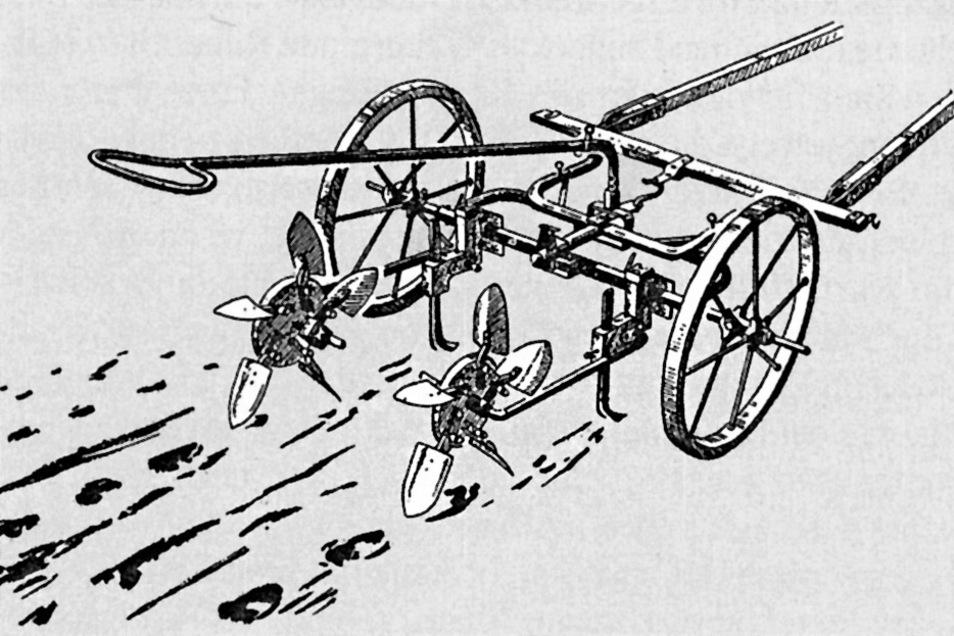 Wenn Kartoffeln in die Erde gebracht wurden, war das früher anstrengende Knochenarbeit. Meist gebückt wurden die Knollen in die Furchen gelegt. Für Milderung sorgten fahrbare Pflanzloch-Geräte wie das zweireihige, das von einem Pferd gezogen wurde.