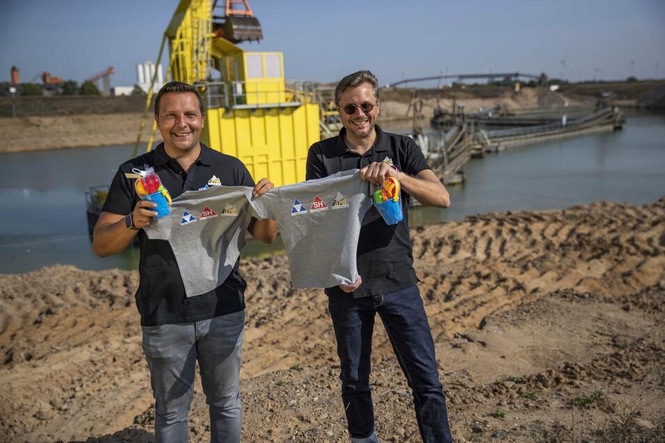 Sind mit Präsenten auch für kleine Gäste gerüstet: der neue Betriebsleiter der ard-Baustoffwerke in Zeithain Martin Mühlmeyer (li.) und Technischer Leiter Dirk Menninger.