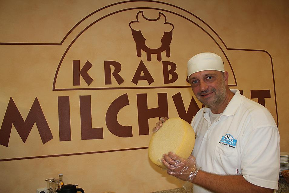 Krabat-Milchwelt in Kotten - Mitarbeiter Joseph Klant zeigt einen Käselaib