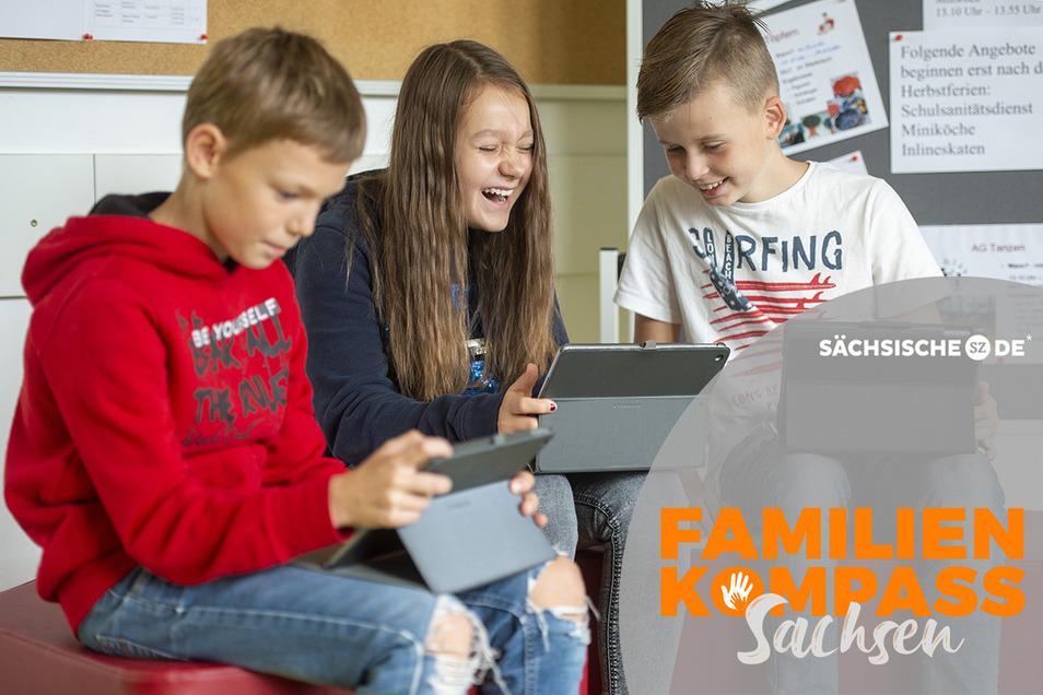 Spaß mit dem Tablet - und das nicht beim Spielen, sondern Lernen - haben Conan, Saskia und Jayden (v.l.) aus der 6b der Oberschule Dohna.