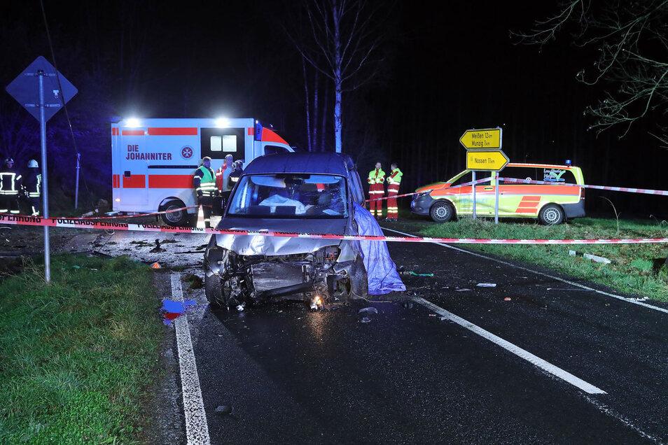 Der Fahrer des Unfallwagens war noch am Unfallort verstorben.