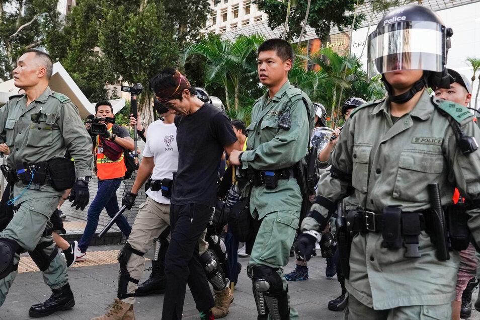 Die Polizei von Hongkong verhaftete am Samstag diesen Mann bei Protesten in der Innenstadt.