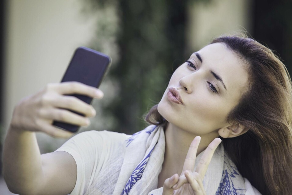 Das Selfie ist auf Instagram eines der beliebtesten Fotomotive. Mit Filtern lässt sich das Foto ganz einfach verschönern.
