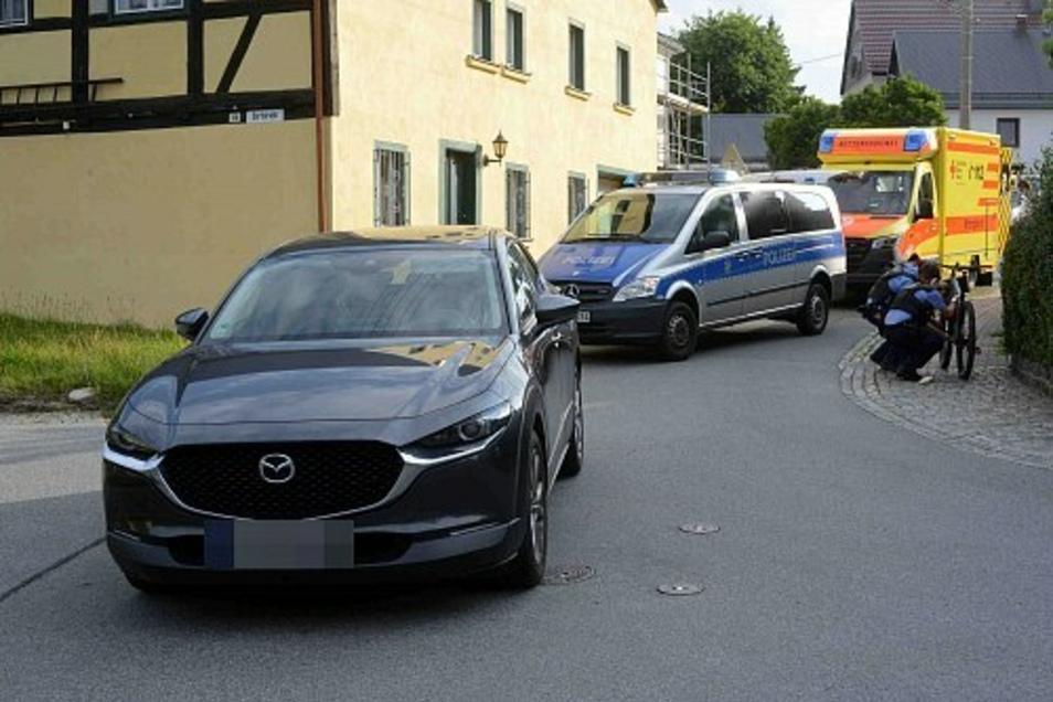Die Polizei nahm den Unfall auf, während sich der Rettungsdienst um den verletzten Radler kümmerte.