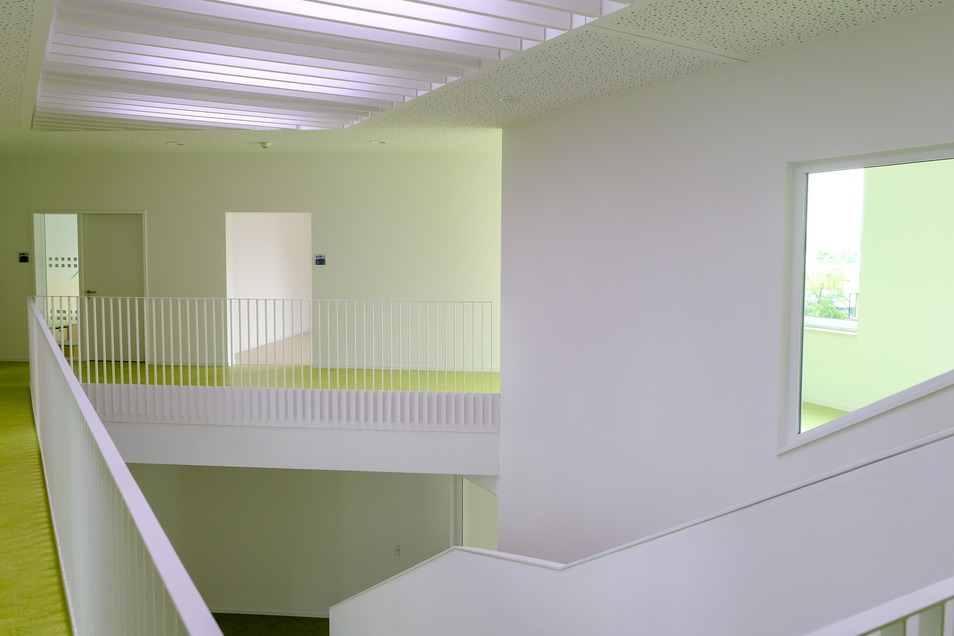 Das lichtdurchfluteten Treppenhaus bildet das Zentrum des Gebäudes von ihm aus sind alle Themenräume zu erreichen.