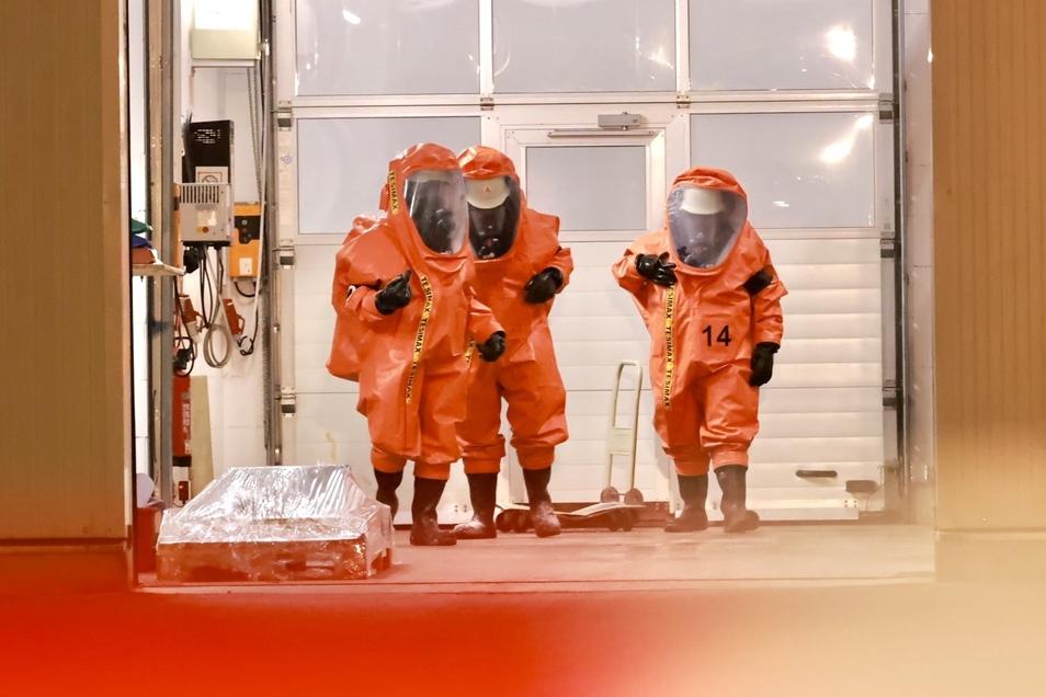 Feuerwehrmänner in orangen Schutzanzügen sind in der Heidenauer Firma im Einsatz. Wie es zur Havarie kam, war zunächst unklar.