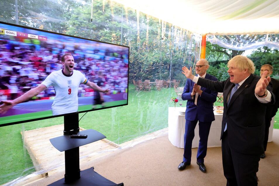 Boris Johnson feiert das zweite Tor von Englands Harry Kane gegen Deutschland.