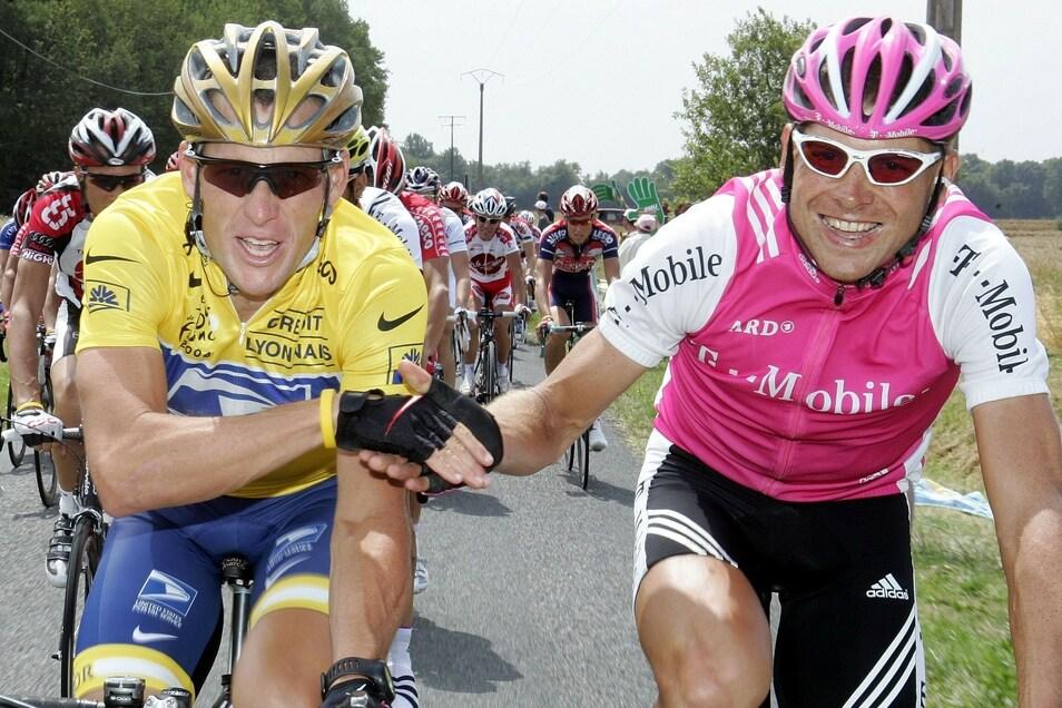 Die Hand reichten sich Armstrong und Ullrich zuletzt auf der Schlussetappe der Tour de France.