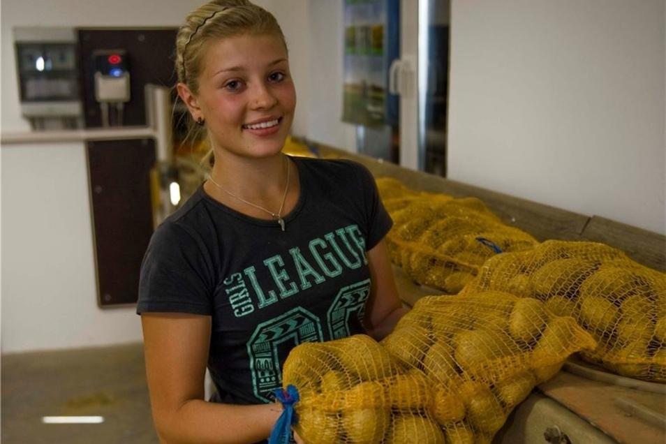 Jenny Michel belädt das Band des neuen Kartoffelautomaten in Reinhardtsdorf. Die 16-Jährige absolviert ein vierwöchiges Praktikum bei der Agrargenossenschaft Oberes Elbtal.