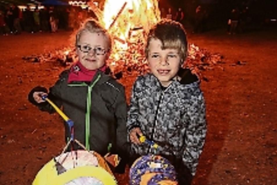 Fabienne (links) und Felix genießen die Walpurgis-Traditionen in Hartha.
