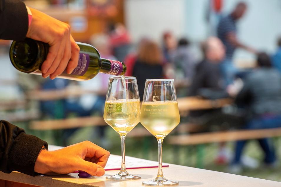 Im vergangenen Jahr musste das Winzerstraßenfest in Weinböhla unter erschwerten Bedingungen stattfinden. Das hielt die Freunde heimischer Weine jedoch nicht vom Kommen ab. Am Stand des Weinguts Schuh aus Sörnewitz wurde Goldriesling ausgeschenkt.