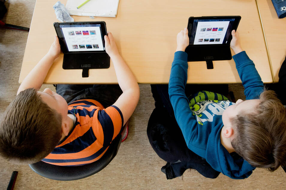 Unterricht am Tablet: Damit das an Bischofswerdas Schulen in Zukunft möglich wird, bekommt die Stadt rund eine halbe Million Euro aus dem Digitalpakt.