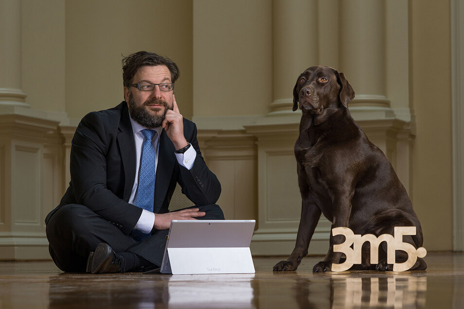 Ein Chef, ein Hund: 3m5-Geschäftsführer Michael Eckstein arbeitet in einer repräsentativen Dresdner Villa, aber auch im Homeoffice an Internetseiten. Üblicherweise aber nicht auf dem Fußboden.
