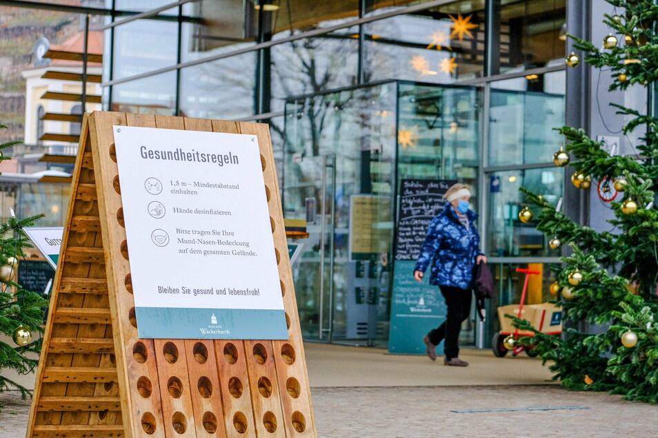 Am Wackerbarth-Eingang der Hinweis auf die Hygieneregeln im Gut. Das Markt-Geschäft ist weiterhin geöffnet.