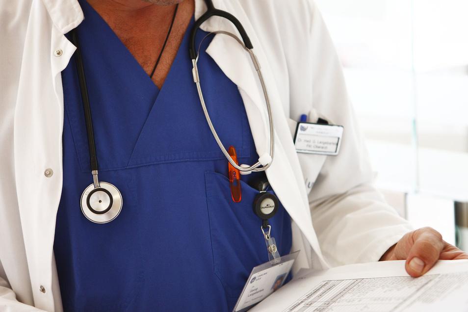 Für die Studie entnehmen Ärzte Abstriche aus Nasen- und Rachenraum.