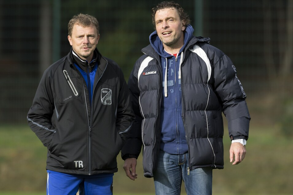 Rückblick: Im Oktober 2014 gastierte Uwe Kuhl (rechts) mit Stahl Freital beim BSV 68 Sebnitz, damals trainiert von Uwe Rahle (links). In der neuen Saison kreuzen sich ihre Wege wieder: Kuhl ist BSV-Coach, Rahle Trainer des SV Wesenitztal.