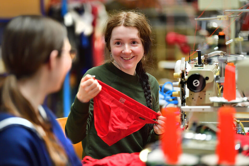 Sara Pachnicke wurde in der Premium Bodywear AG zur Modeschneiderin ausgebildet und ist in der Konfektionsabteilung tätig.  Früher produzierten in der gleichen Halle der VEB Trikotex und bis 1999 die Schiesser AG.