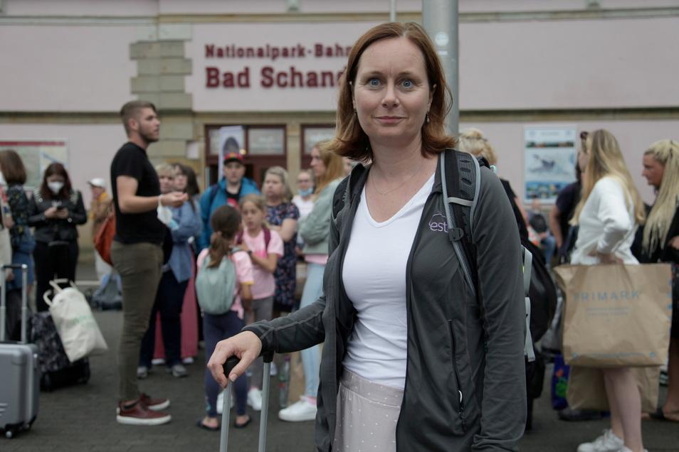 Lenka Zemanova (43) aus Kopenhagen wollte mit Freunden und Familie nach Prag. Wegen der Überflutungen im Elbtal strandete sie am Sonnabend mit hunderten anderen Reisenden für mehrere Stunden in Bad Schandau.
