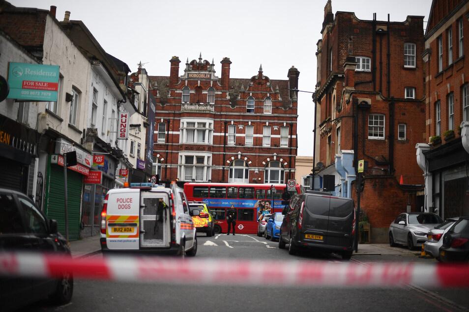 Polizeifahrzeuge stehen in der Streatham High Road in London, nachdem ein Mann  nach einem Messerangriff von bewaffneten Polizisten erschossen wurde.