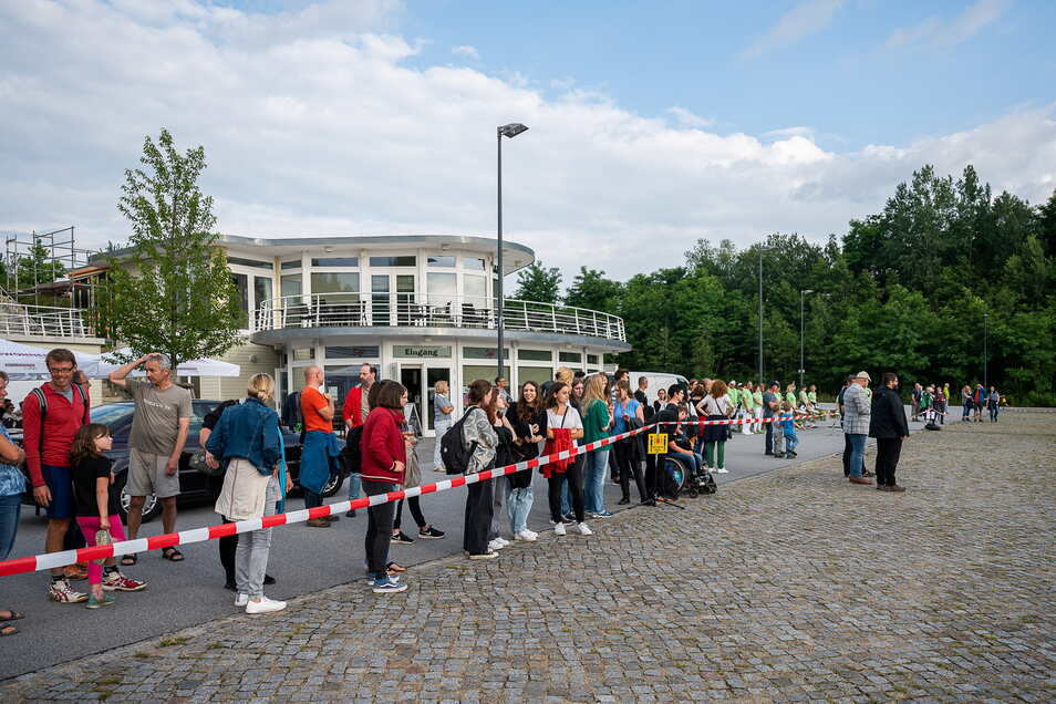 Zahlreiche Zuschauer hatten sich beim ersten Ruderduell der Görlitzer Gymnasien im Hafen in Tauchritz eingefunden.