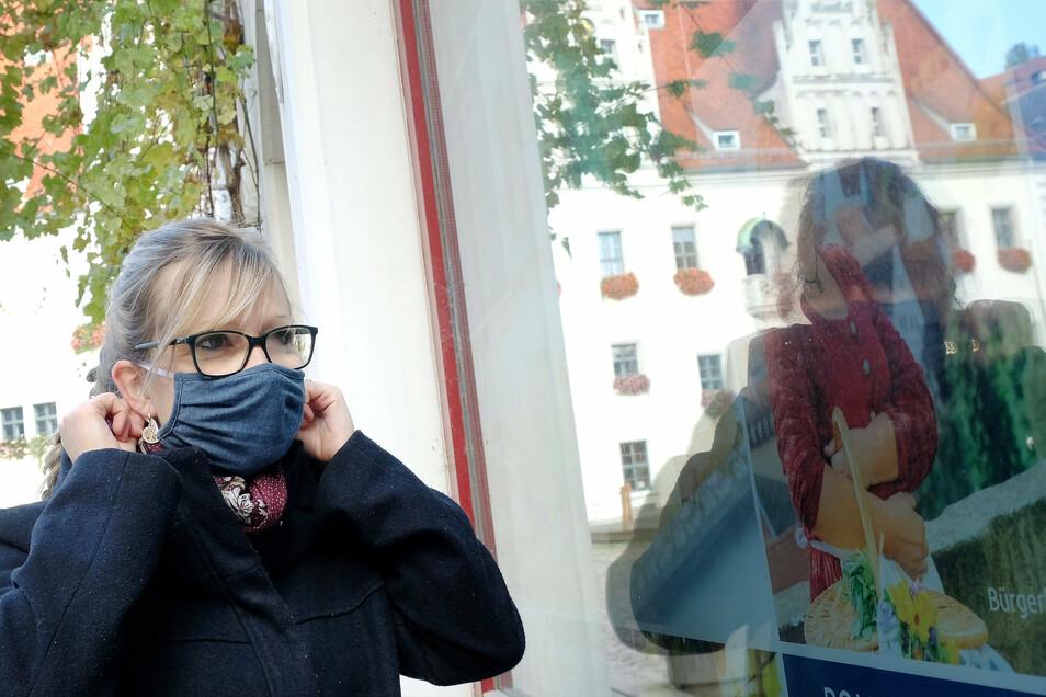 Maria trägt am historischen Markt in Meißen Maske. Die Konfrontation mit Coronaleugnern und Maskengegnern nimmt an Härte zu. Oft provozieren Maskengegner, weil sie sich durch steigende Fallzahlen im Recht sehen: Maske bringe nichts. Das ist aber falsch