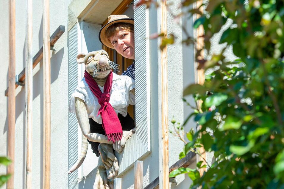 Nicht aus dem Fenster eines Hauses am Dorfanger Altkötzschenbroda spielt Cornelia Fritzsche mit ihrer Handpuppe Rättin Ursula wie bei der Radebeuler Lebensart im vorigen Jahr, sondern mitten auf der Straße.