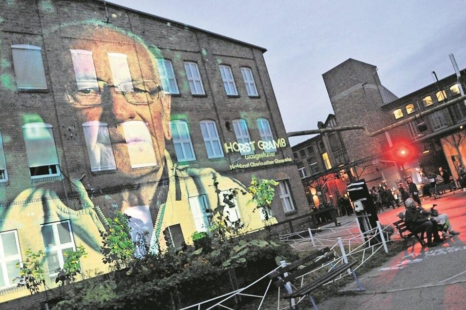Zur Eröffnung des Lausitz Festivals in der Telux in Weißwasser wurde Horst Gramß mit einer Installation am ehemaligen Hartglaswannengebäude Respekt gezollt.