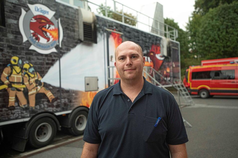 Marco Höhn von der Firma Securitas steuerte die Anlage und inszenierte so verschiedene Situationen für die Auszubildenden.