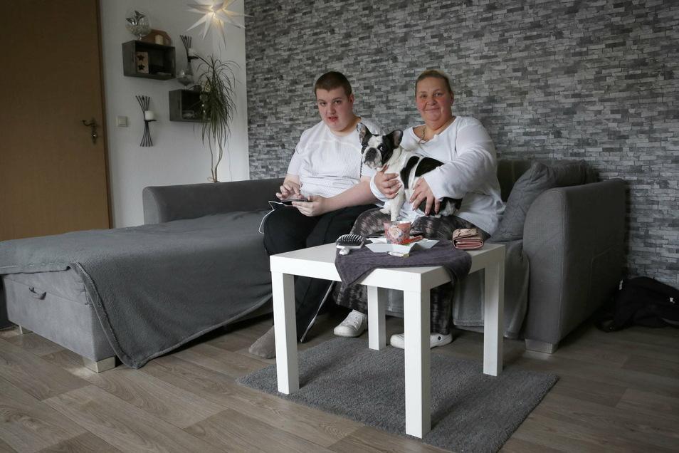 Leon und seine Mutter Heike konnten dank einer Spende der Stiftung Lichtblick ihre neue Wohnung renovieren. Auch Hund Harley fühlt sich hier wohl. Die Großröhrsdorfer Familie ist sehr dankbar für die Hilfe.
