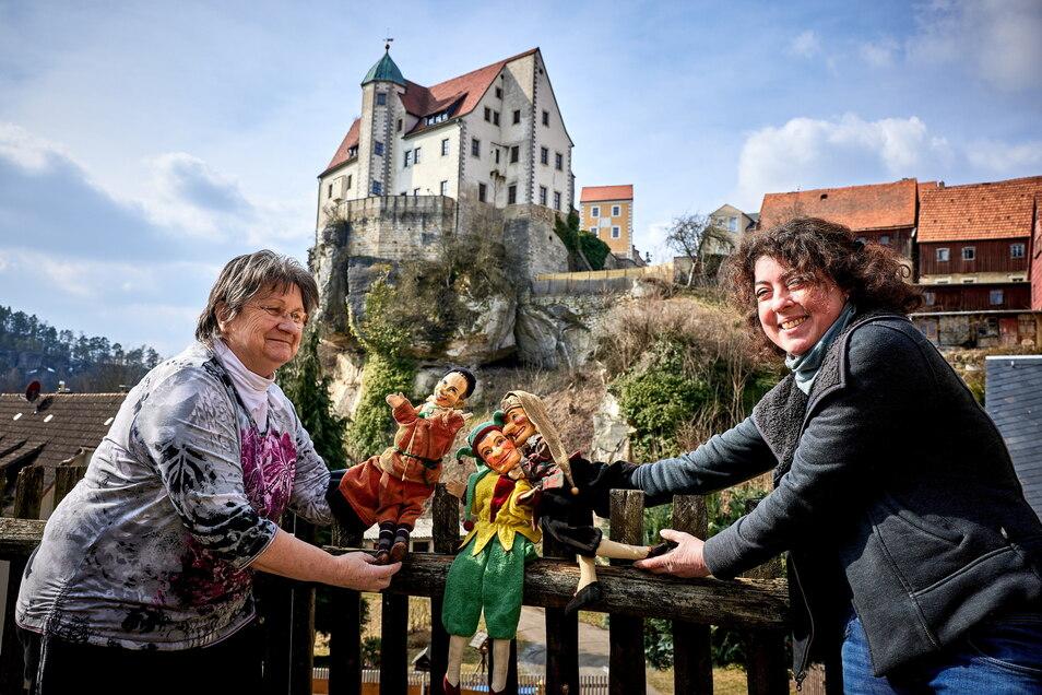 Andrea Bigge (rechts) Museumsleiterin der Städtischen Sammlungen Sebnitz und Kulturmanagerin des Max Jacob Theaters Stadt Hohnstein richtet mit Vorstandsmitglied Birgit Großer die Ausstellung ein.