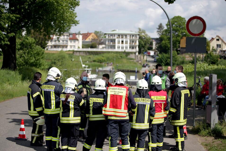 Feuerkräfte bei der Einsatzbesprechung an der Elbe in Heidenau.