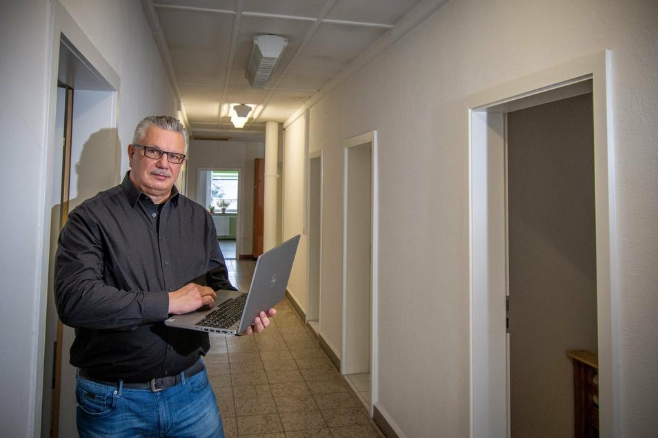 Im Obergeschoss der Rettungswache ist durch den Auszug der Katastrophenschutzeinheit zumindest eine große Umkleide für die Frauen entstanden. Aber eine Dusche auf der Etage fehlt, sagt Tino Gaumnitz, Leiter des Rettungsdienstes.