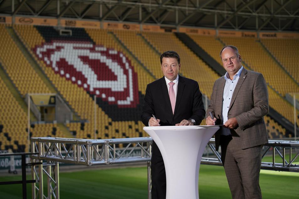 Dynamo-Präsident Holger Scholze (l.) und Dresdens Oberbürgermeister Dirk Hilbert stehen als Schirmherren hinter dem Alphabetisierungsprojekt.