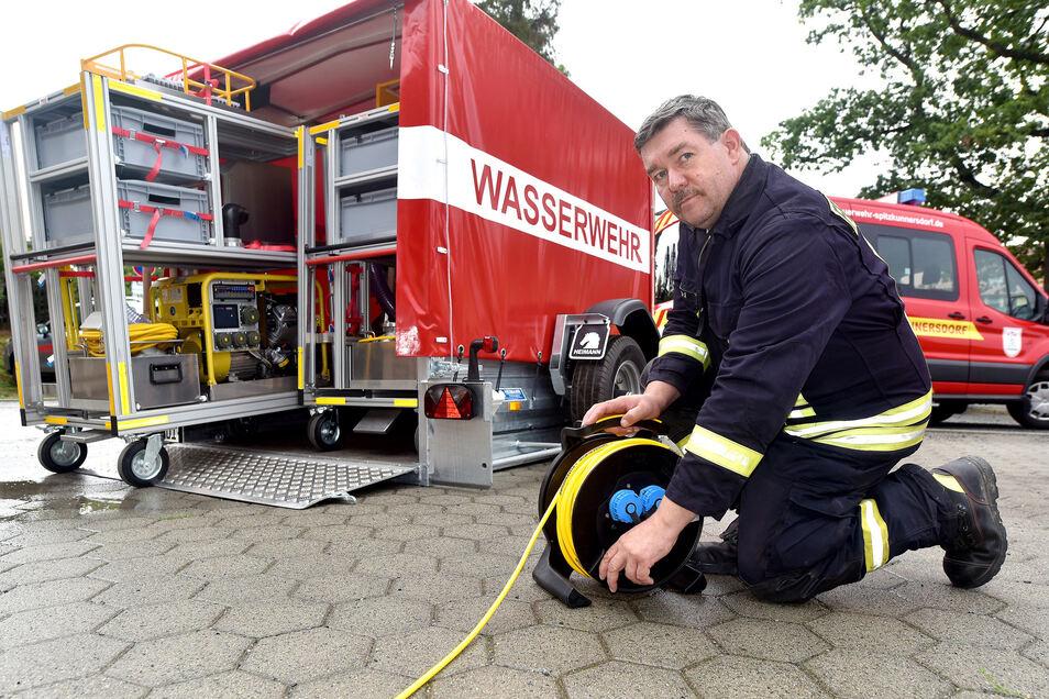 Gemeindewehrleiter Jürgen Reichel zeigt den neuen Hochwasserschutzwagen.